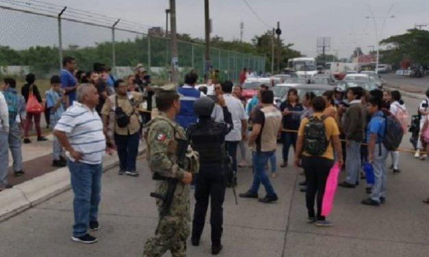 Manifestantes bloquean la vialidad sobre la Carretera Veracruz-Medellín, en la entrada al Fraccionamiento INFONAVIT Las Vegas.