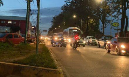 Motociclista lesionado sobre la avenida Lázaro Cárdenas, a la altura del Congreso del Estado