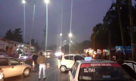 2 taxis y un automóvil particular involucrados en accidente sobre el bulevar Xalapa – Banderilla, a la altura de El Gallito