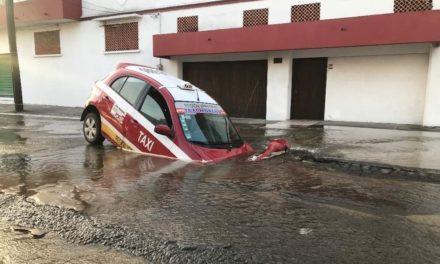 Durante la madrugada cae un taxi en gran socavón en la ciudad de Veracruz