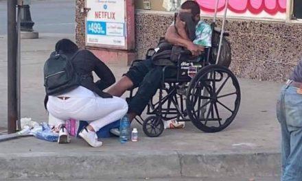 Enfermera sana heridas a hombre en situación de calle y la hacen viral