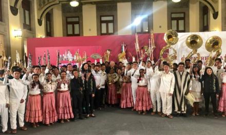 Entrega AMLO instrumentos musicales a jóvenes oaxaqueños