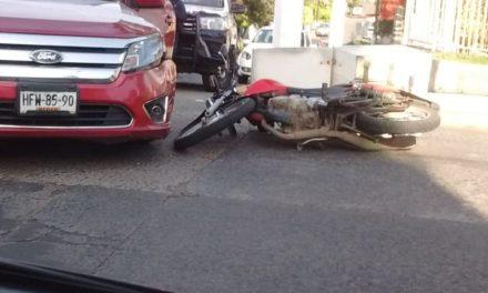 Motociclista lesionado en la avenida 20 de Noviembre, a la altura de la iglesia de La Piedad
