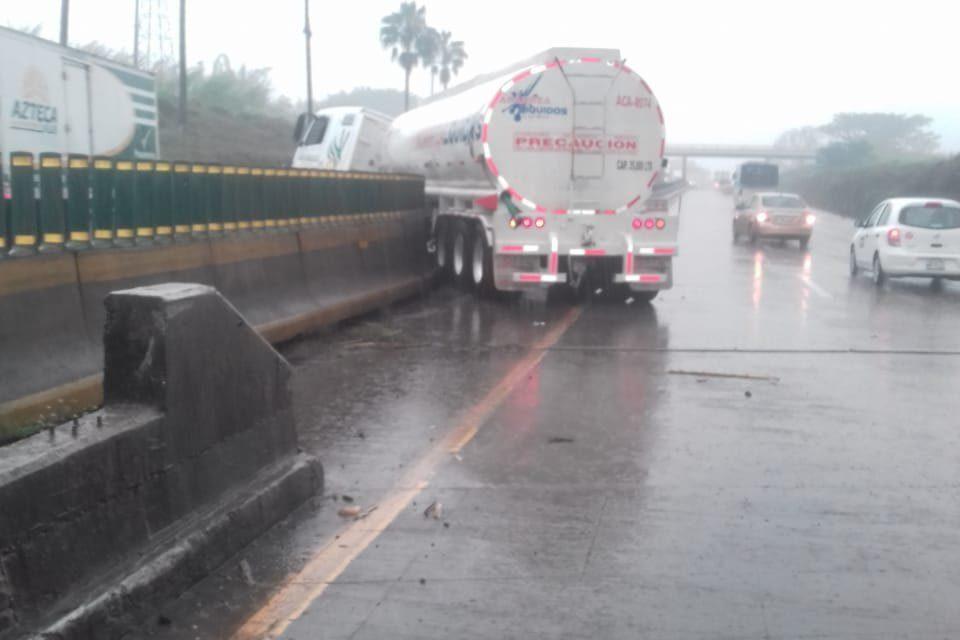 Tráiler se impacta contra muro central en la autopista Cordoba – Cuitlahuac