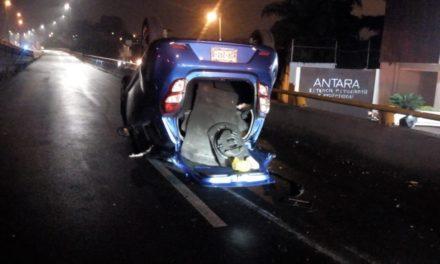 Dos lesionados en volcadura de auto sobre Circuito Presidentes, a la altura de Murillo Vidal
