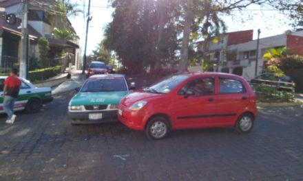 Choque en Paseo de Las Palmas esquina Mangos en el fraccionamiento Ánimas
