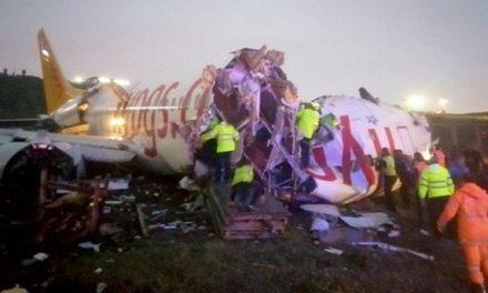 Avión sale de pista y se parte en tres en Estambul