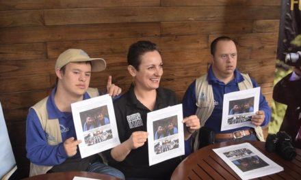 Dos jóvenes con Síndrome de Down fueron certificados como fotógrafos profesionales mediante el IMIDI, avalado por la Secretaría de Educación de Veracruz a través del Instituto de Capacitación para el Trabajo.