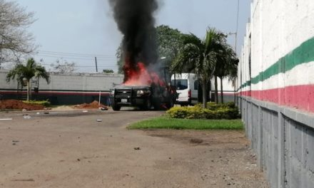Manifestantes atacan base de Policía Federal e incendian patrulla de Fuerza Civil