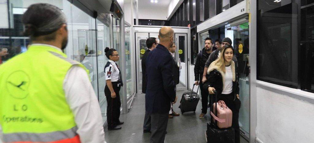 Mexicanos evacuados de Wuhan llegan sanos a México tras cuarentena en Francia