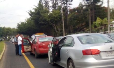 Choque sobre la avenida Lázaro Cárdenas, a la altura de Plaza Américas