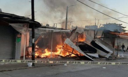 Incendio consume dos locales y una vivienda en Minatitlán