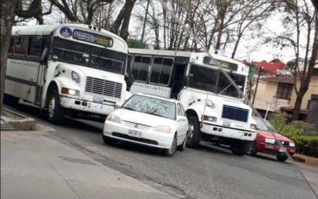 Choque en la avenida Ruiz Cortines esquina con Calle Acueducto en Xalapa