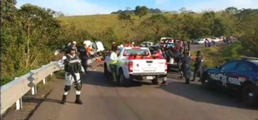 Volcadura de Tráiler en San Andrés Tuxtla, varios migrantes heridos