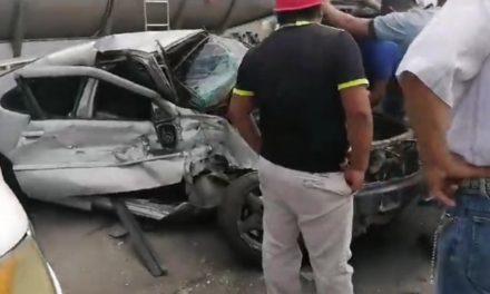 Se salvan trabajadores de Pemex, tráiler impacta auto sobre la carretera Coatzacoalcos-Villahermosa
