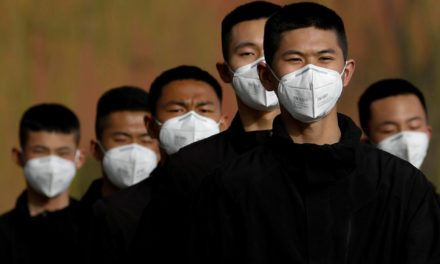 """China fabrica cubrebocas electrónico que da """"aire limpio"""" a los pulmones"""