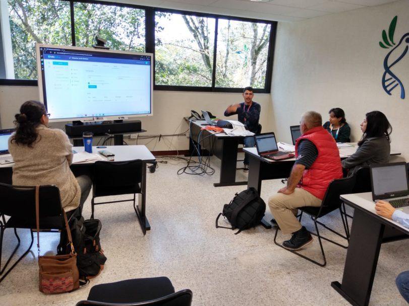 Foto 2: Capacitación sobre herramienta informática ofrecida a investigadores del proyecto.