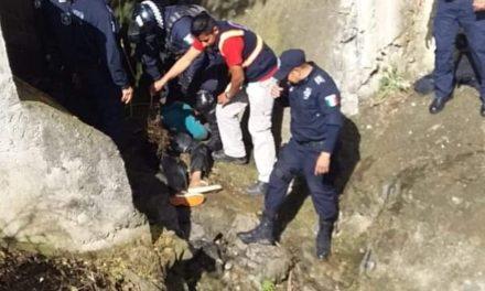 Persona en estado de ebriedad cae a un drenaje en la Colonia Casa Blanca en Xalapa