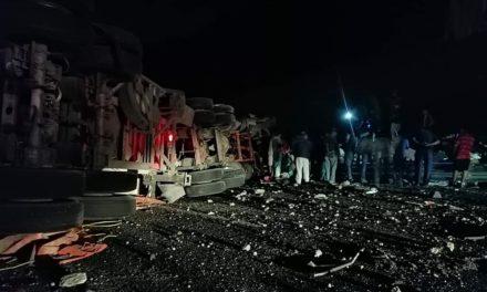 Un tráiler volcó anoche en el libramiento Perote-Xalapa, el conductor murió