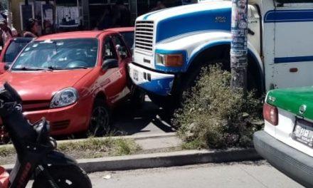 Choque en la avenida Atenas Veracruzana de la Colonia Revolución en Xalapa