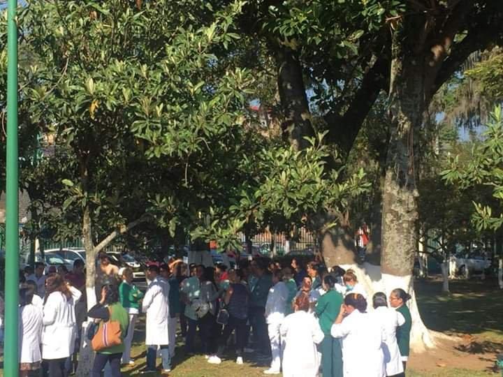 Médico y enfermeras de la clínica 66 del IMSS Xalapa, se manifiestan afuera de la clínica