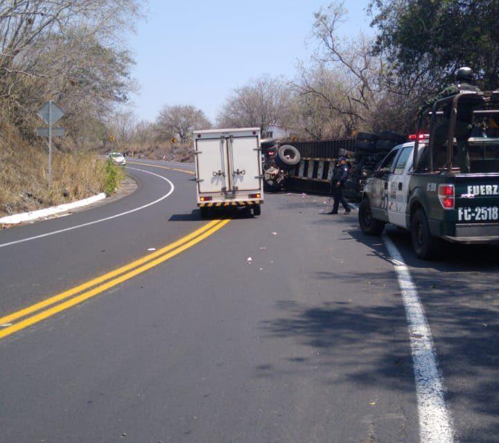 Se registra volcadura de tráiler en la carretera federal Xalapa-Veracruz