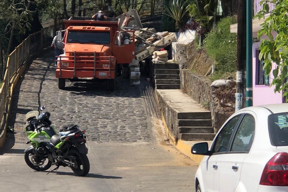 Se queda sin frenos camión de materiales en la avenida Rébsamen