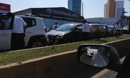 Carambola en la avenida Lázaro Cárdenas 4 autos involucrados