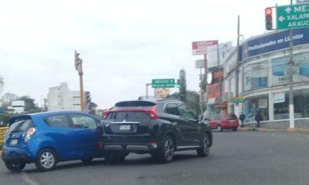 Choque sobre la avenida Lázaro Cárdenas, a la altura del Distribuidor de la Araucaria