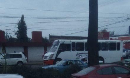 Accidente de tránsito sobre la avenida Lázaro Cárdenas, a la altura del Autozone en Xalapa