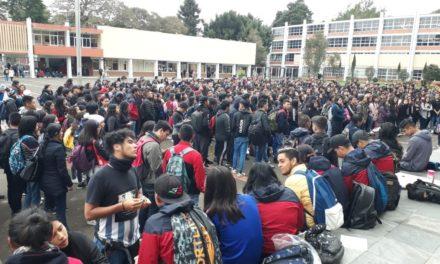 """Estudiantes de la Escuela Normal Veracruzana """"Enríque C. Rébsamen"""" realizan paro de brazoscaídos"""