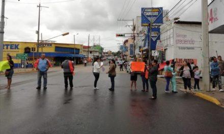 Padres de familia bloquean avenida en Coatzacoalcos.