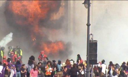 Mujeres realizan destrozos en Palacio Nacional durante la marcha por el Día Internacional de la Mujer