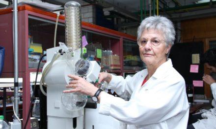 Distinguen a doctora de la UNAM por investigación en plantas medicinales
