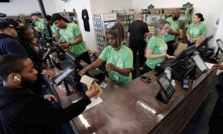 Abre la primera tienda de mariguana para consumo recreativo en Boston