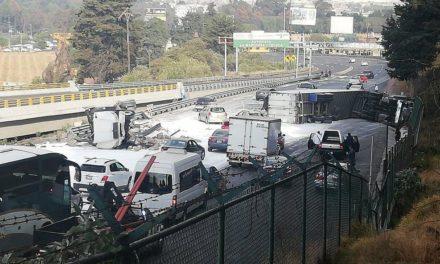 Volcadura de tráilers deja caos vial en la México Toluca con dirección a Toluca a la altura de Amomolulco cierre parcial km 46