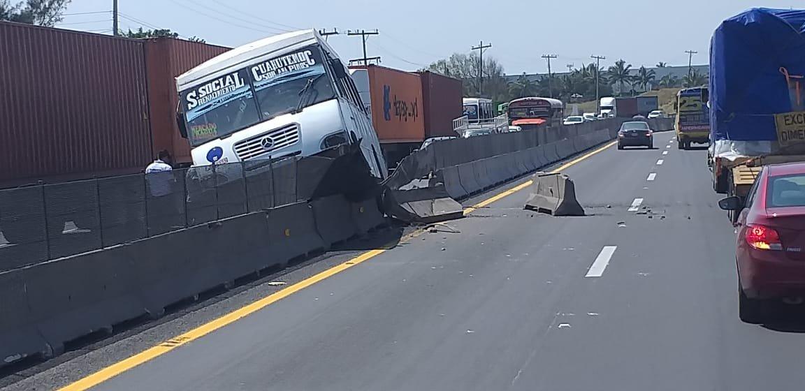 Camión de pasajeros impacta muro central en la autopista Xalapa – Veracruz