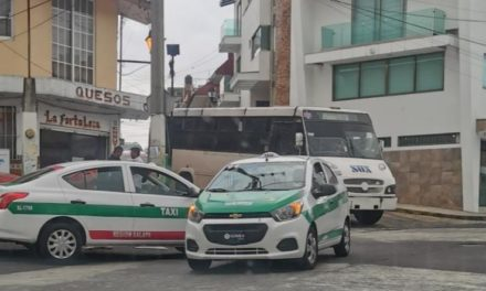 Choque en calle Sayago esquina con Xicoténcatl en el centro de Xalapa