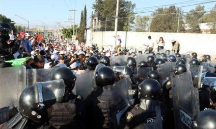 Se enfrentan policías y manifestantes en la México-Puebla