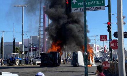 Video: Pobladores quemaron vehículos de la Comisión Nacional del Agua (Conagua) en la Carretera Federal 45, Chihuahua, en protesta por abrir las compuertas de la Presa La Boquilla.