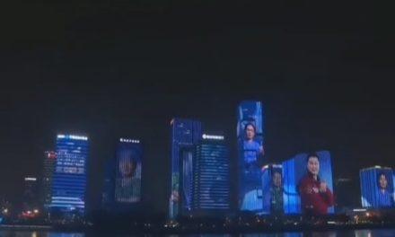 Ciudad china proyecta en los edificios las caras de los médicos que lucharon contra el coronavirus