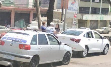 Accidente de tránsito sobre la avenida Lázaro Cárdenas, a la altura de la calle Hernández Castillo