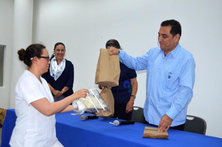 El vicerrector José Luis Alanís Méndez entregó los kits de insumos
