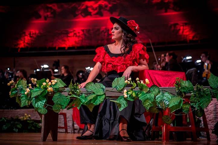 Gabriela Flores como la gitana Carmen, en la ópera de Georges Bizet