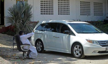 Curas confiesan desde auto para evitar coronavirus