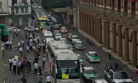 Se manifiestan en la Plaza Lerdo Xalapa, conductores de transporte de turismo del Puerto de Veracruz