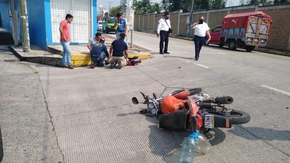 Motociclista lesionado en calle Xicoténcatl en Coatepec