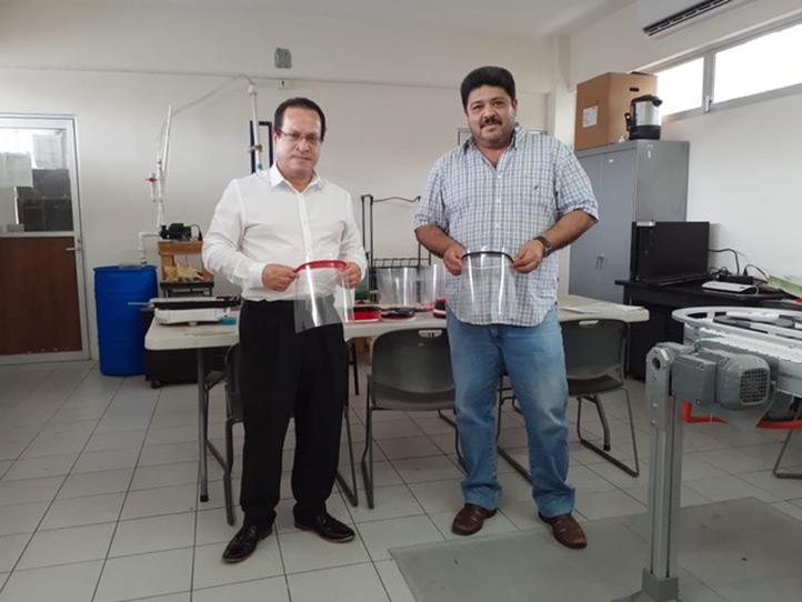 Luis Héctor Porragas Beltrán, director de la Facultad de Ingeniería Eléctrica y Electrónica entregó 35 caretas de protección a Julio César Viñas Dozal, director de la Facultad de Medicina