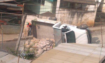Se voltea camión materialista en colonia de Xalapa