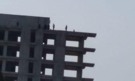 Última Hora: Mujer intenta aventarse de edificio en Arco Sur Xalapa
